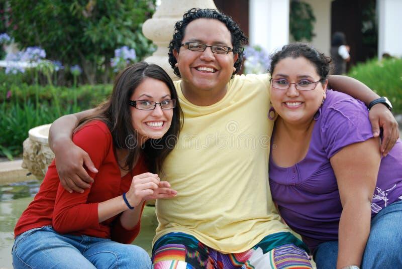 En grupp av latinamerikanska vänner arkivbilder