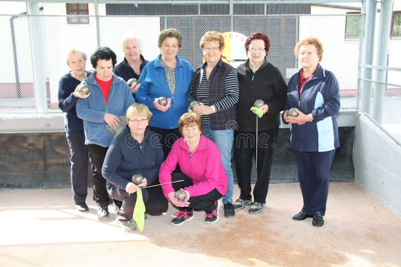 En grupp av lyckliga höga kvinnor, når den har spelat, bowlar fotografering för bildbyråer