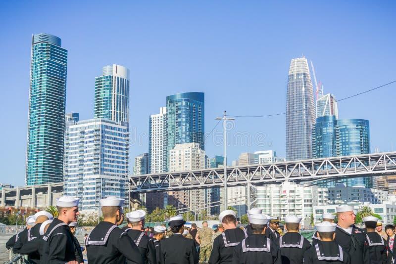 En grupp av marinpersonaler påverkar varandra med allmänheten under hastig vecka; San Francisco royaltyfri foto