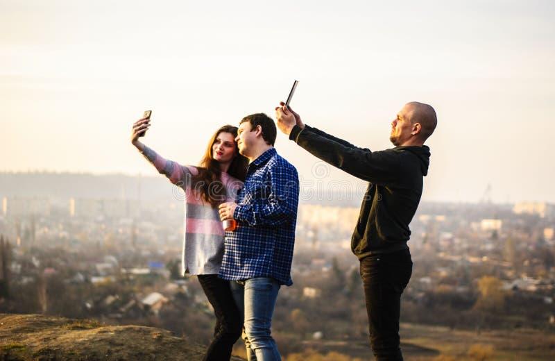 En grupp av millennials som gör självtid royaltyfria foton