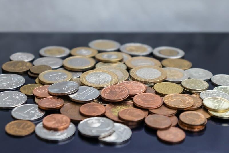 En grupp av mynt från olika länder royaltyfri fotografi