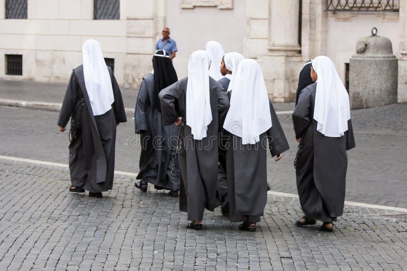 En grupp av nunnor går arkivbilder