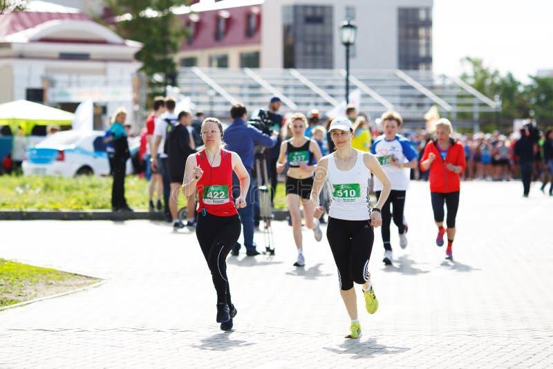 En grupp av oidentifierade maratonlöpare arkivfoton