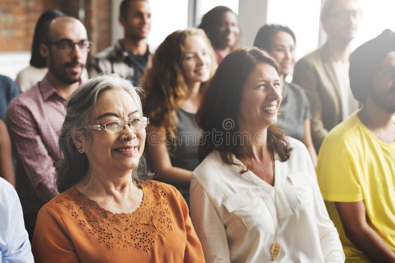En grupp av olika åhörare i ett möte royaltyfri fotografi