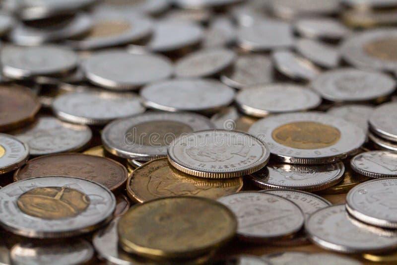 En grupp av pengar spridd över tabellöverkanten arkivfoton
