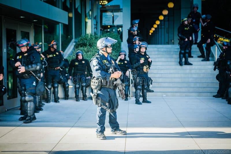 En grupp av poliser på universitetsområdet av Uc Berkeley arkivbild
