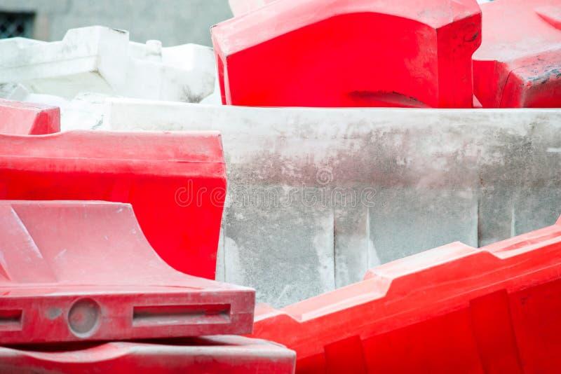 En grupp av rött och vit vatten-fyllde plast- vägbarriärer royaltyfri bild