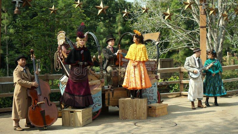 En grupp av sångare som utför på Hong Kong Disneyl royaltyfri fotografi