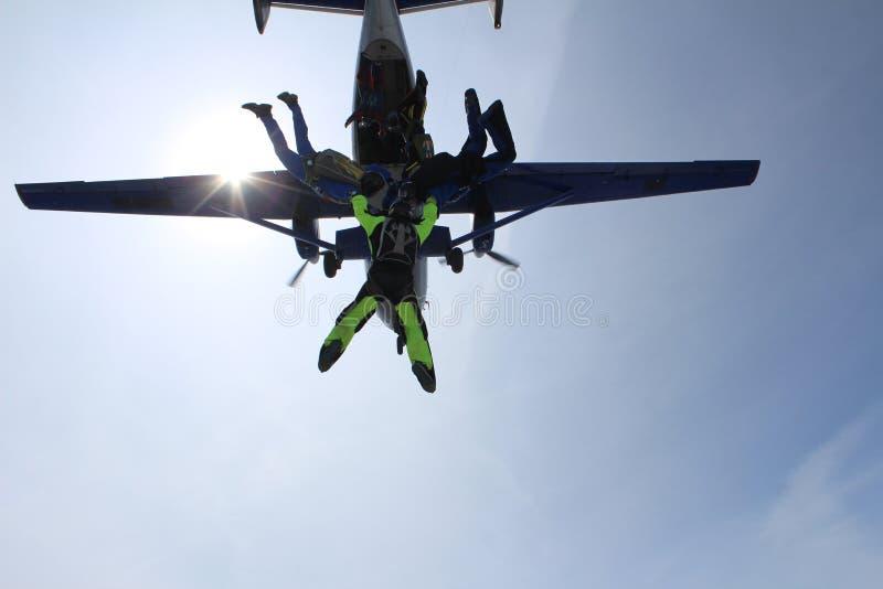 En grupp av skydivers Att hoppa med fritt fall är i himlen fotografering för bildbyråer