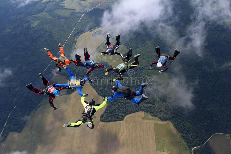 En grupp av skydivers Att hoppa med fritt fall är i himlen arkivfoton