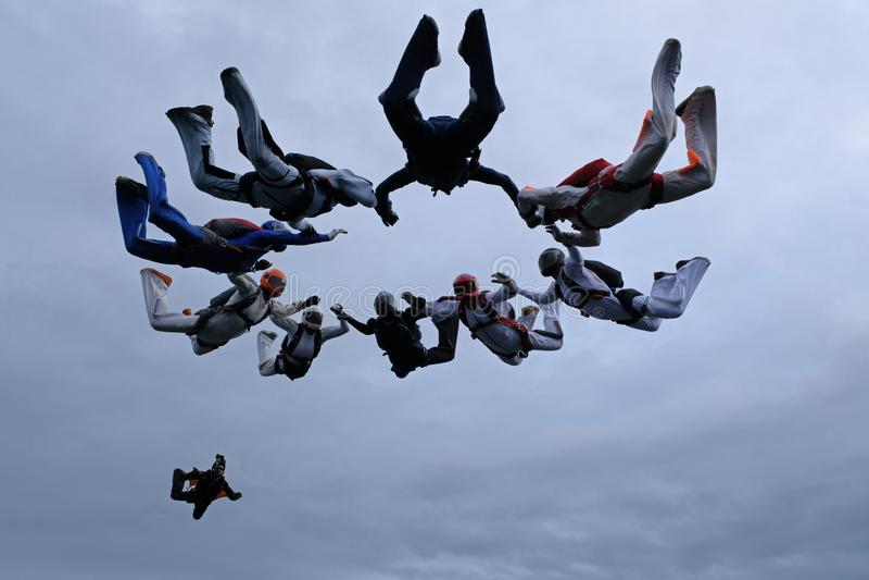 En grupp av skydivers Bildande som hoppar med fritt fall i himlen royaltyfria bilder