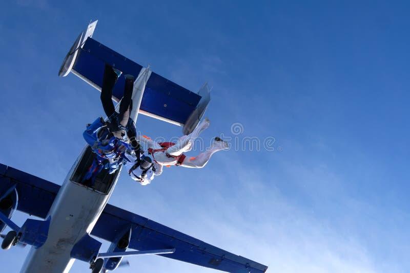 En grupp av skydivers Hoppa med fritt fall i den fantastiska himlen royaltyfria foton