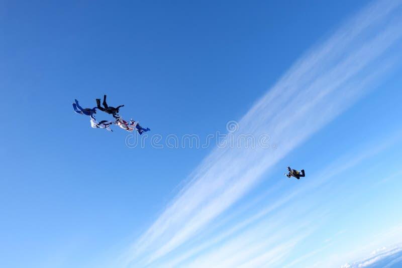 En grupp av skydivers Hoppa med fritt fall i den fantastiska himlen arkivfoto