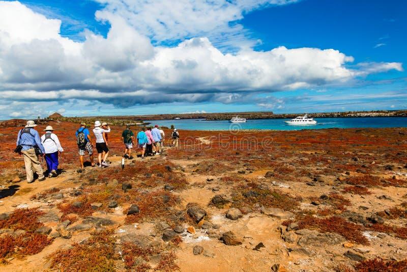 En grupp av turister som besöker Isla Plaza Sur royaltyfri foto
