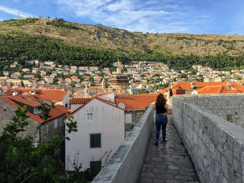 En grupp av turister som går de berömda väggarna av Dubrovnik, som omringar den gamla staden av Dubrovnik, Kroatien royaltyfria foton