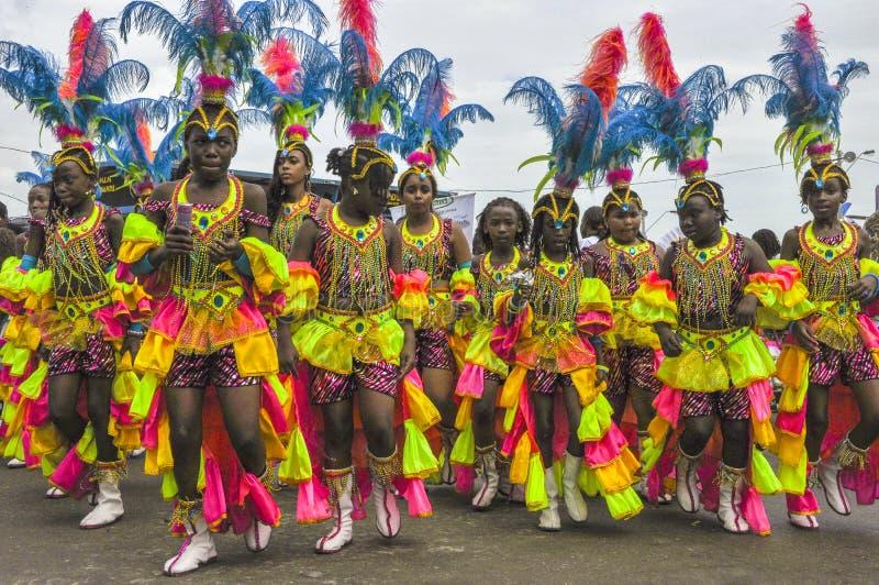 En grupp av unga kvinnliga masqueraders tycker om Trinidad Carnival arkivbilder