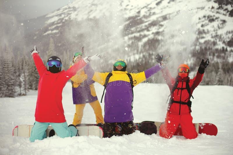 En grupp av unga snowboarders som tycker om det insn?at vintersemesterorten Sheregesh royaltyfri bild