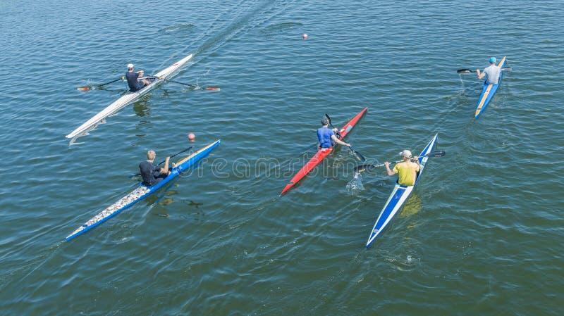 En grupp av ungdomarsom kayaking arkivfoton