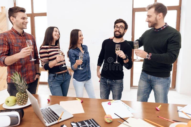 En grupp av ungt fira för kontorsarbetare royaltyfri foto