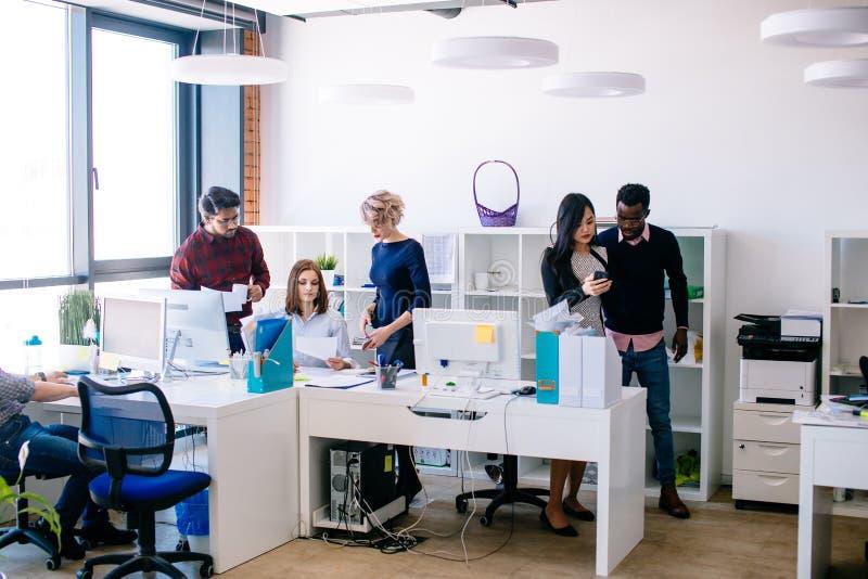 En grupp av ungt olikt affärsfolk i smart tillfälligt dräktarbete arkivfoto