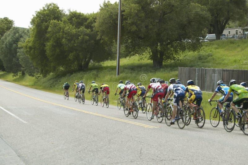 En grupp av vägcyklister
