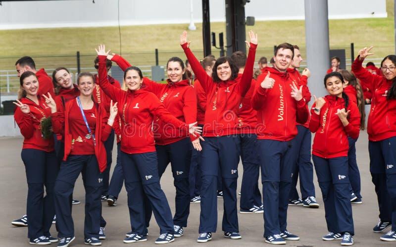 En grupp av volontärer på den FIFA världscupen 2018 i Ryssland dansar royaltyfria bilder