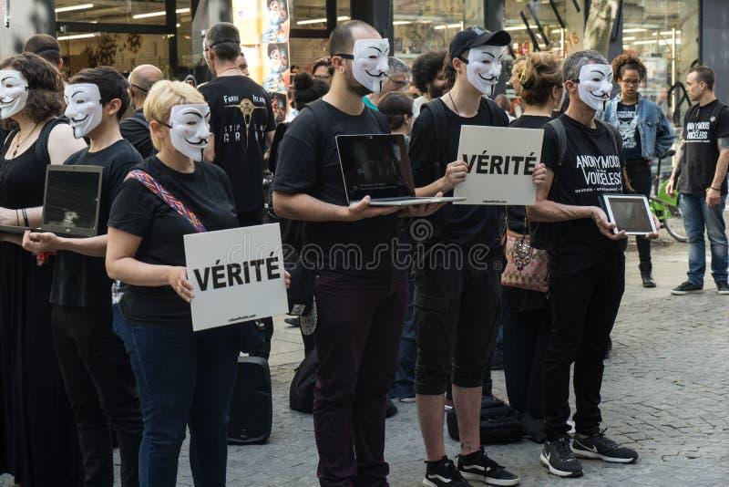 En grupp människor från anslutningen L214, informerar förbipasserandena, på våldet som göras till djuren, i en gata av Paris arkivbilder