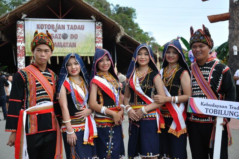 En grupp människor från den Kadazan Dusun Tobilung stammen av Sabah Malaysian Borneo royaltyfri foto