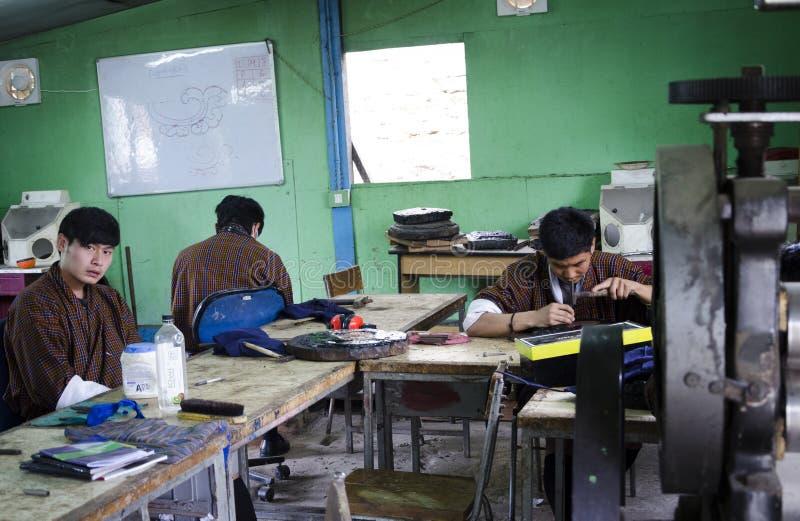 En grupp människor som lär smedarbete arkivfoto
