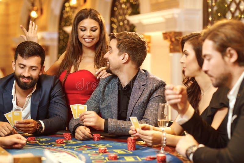 En grupp människor som spelar pokerrouletten i en kasino royaltyfria bilder
