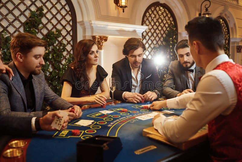 En grupp människor som spelar pokerrouletten i en kasino royaltyfria foton
