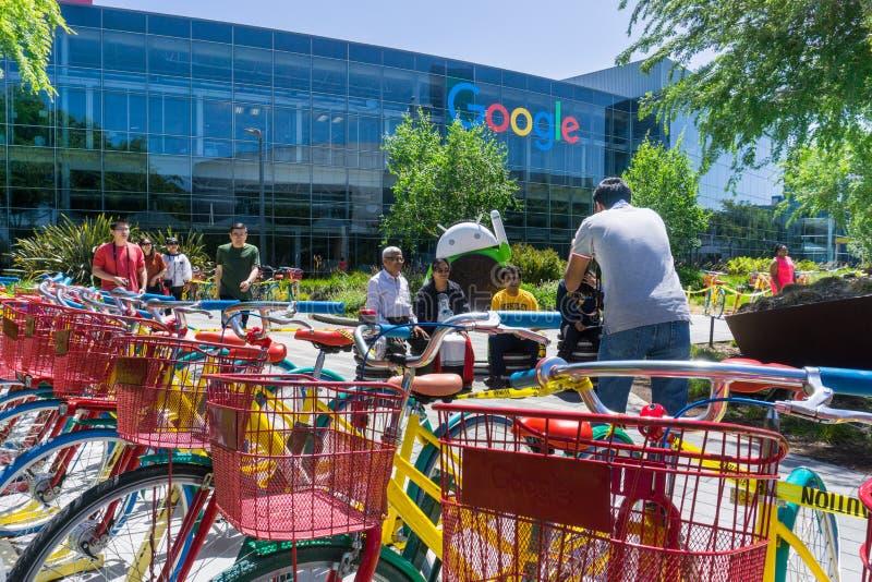 En grupp människor som tar ett foto på strömförsörjningen för Google ` s, förlägger högkvarter i Silicon Valley royaltyfria bilder