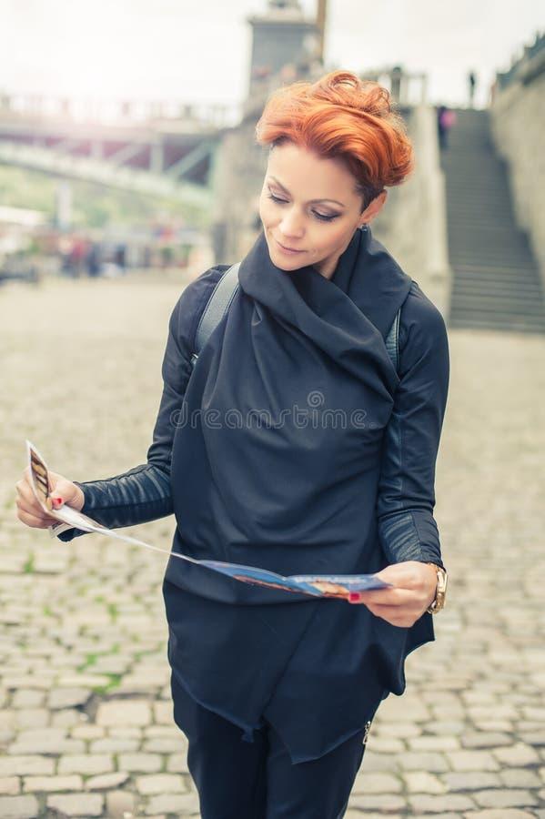 En guía de mirada turística femenina de la ciudad fotografía de archivo libre de regalías