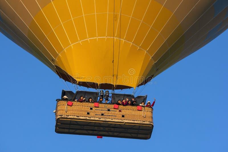 En gul ballong för varm luft royaltyfri fotografi