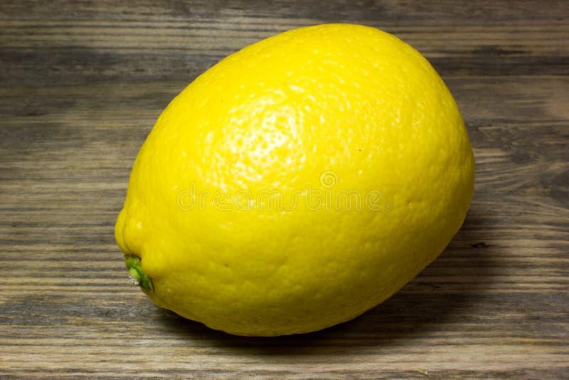 En gul citron fotografering för bildbyråer