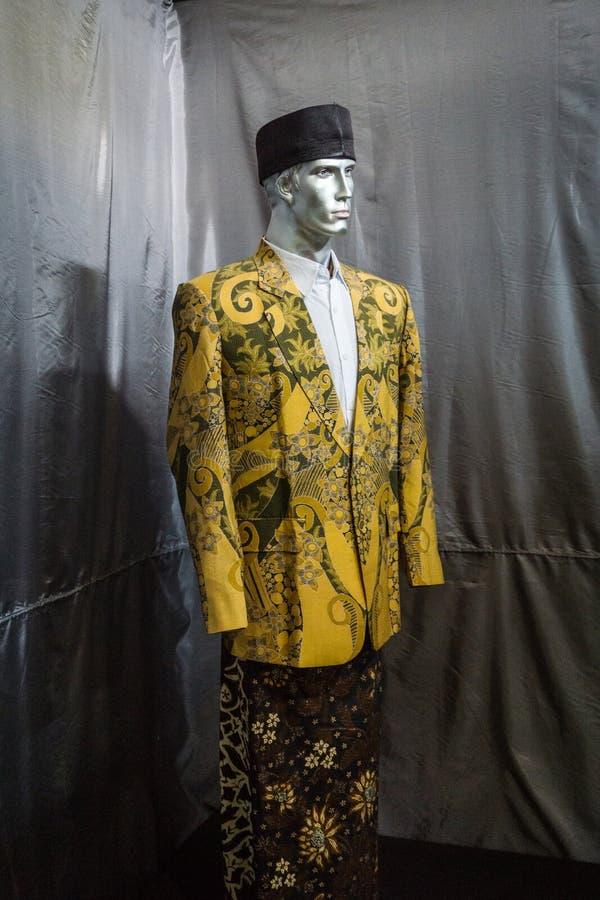 En gul dräkt och sarong med batikmodellen som visas i Batikmuseumfotoet som tas i Pekalongan Indonesien royaltyfria foton