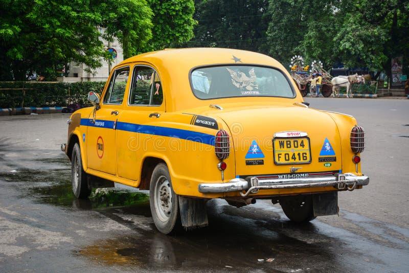 En gul taxi på gatan i Kolkata, Indien royaltyfri bild