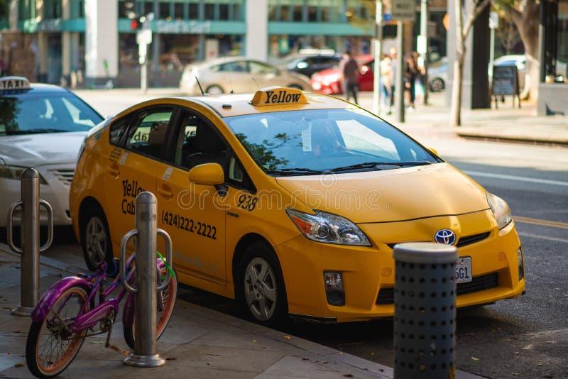 En gul taxi väntar tålmodigt för en kund i Santa Monica, LA royaltyfri bild
