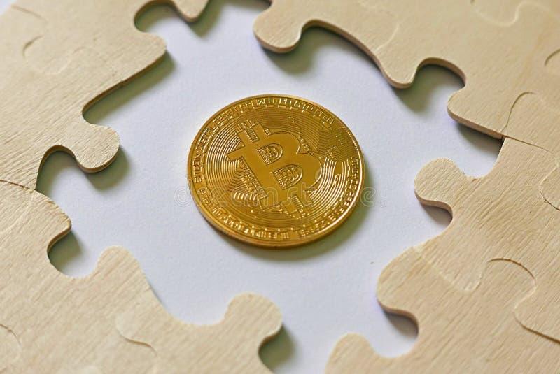 En guld- bitcoinkopia in - mellan pusslet Affärs- och finansbegrepp royaltyfria foton