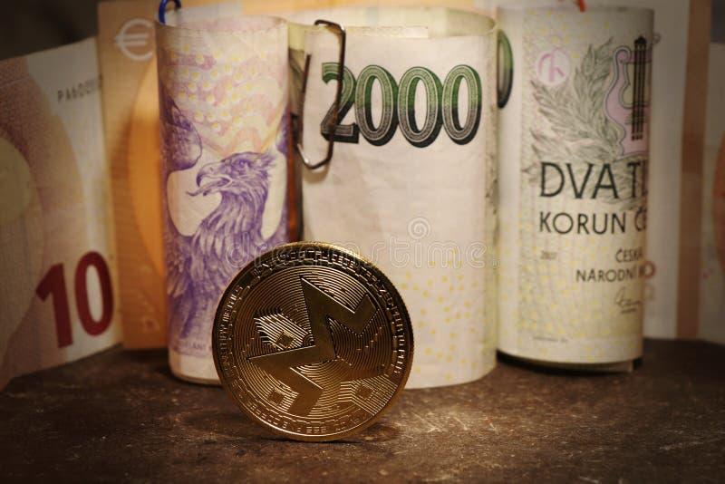 En guld- cryptocurrency med tjeckiska sedlar royaltyfri fotografi