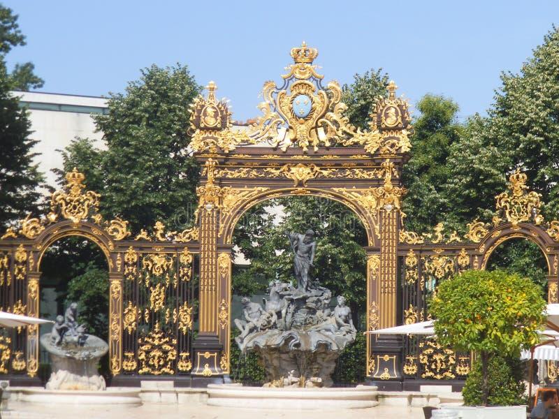 En guld- dekorerad staketport i Nancy royaltyfria foton