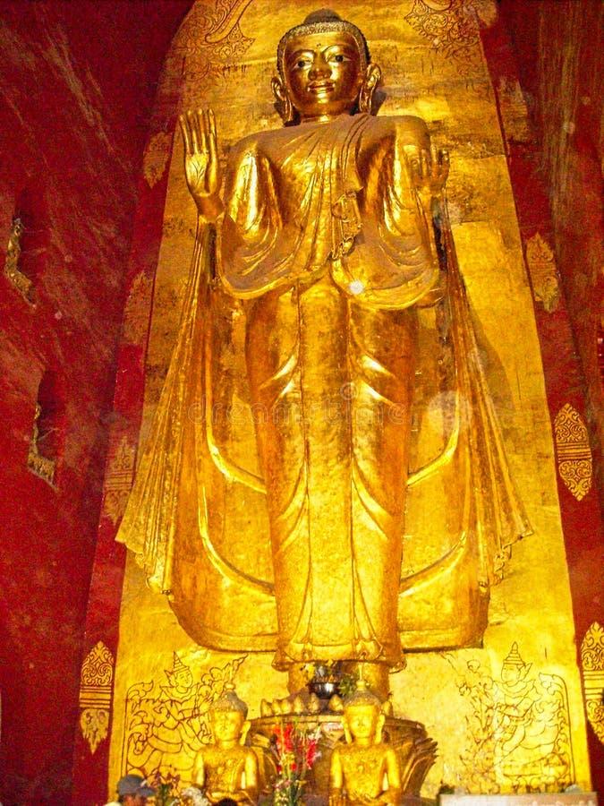 en guld- staty i en tempel i Vietnam arkivfoton