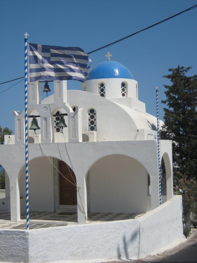 En gullig blått och vit kyrktar i Imerovigli, Santorini royaltyfria bilder