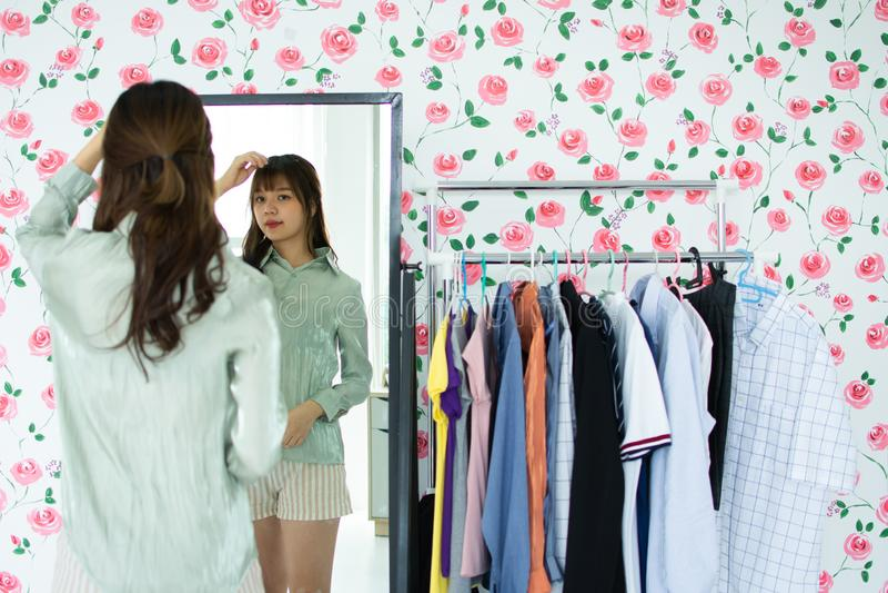 En gullig kvinna ser mirrowen i hennes rum royaltyfri fotografi