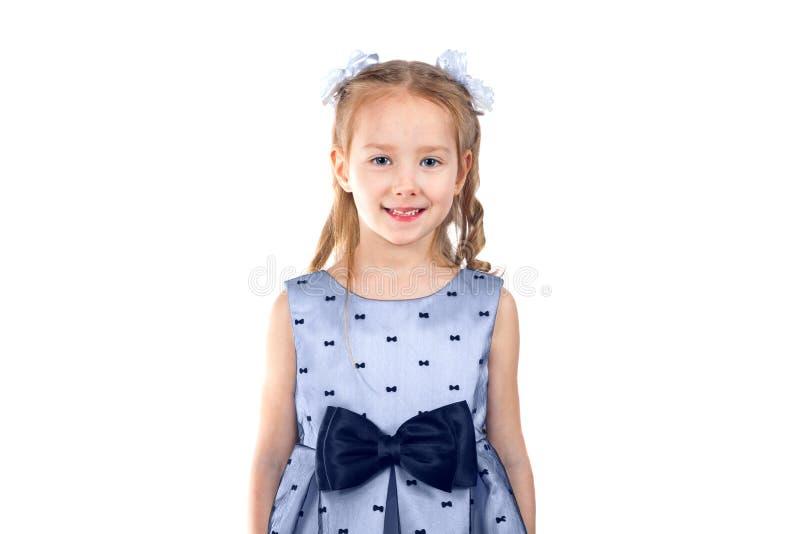 En gullig liten flicka ser kameran och ler arkivfoton