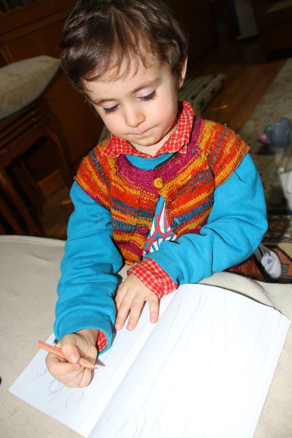 En gullig pojkemålning arkivfoton