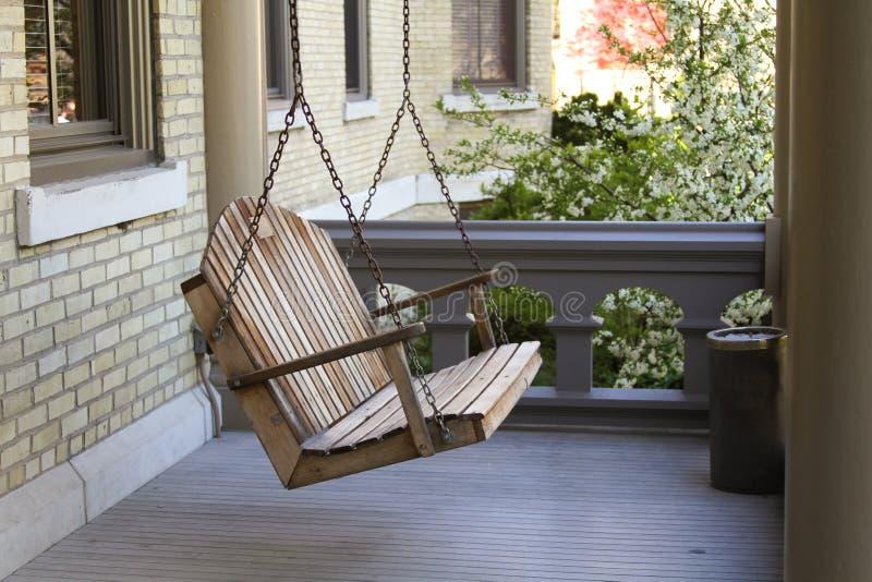 En gungabänk på en veranda royaltyfri fotografi