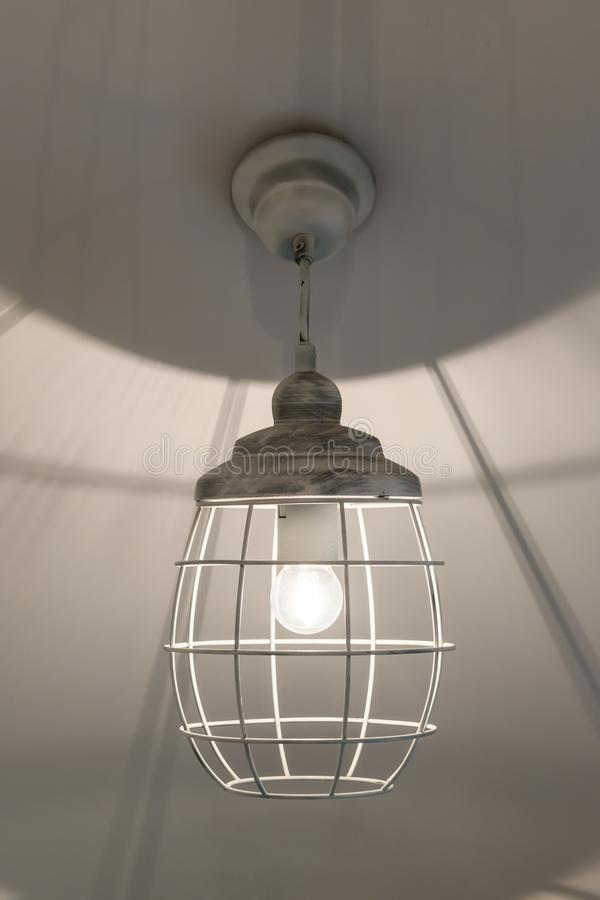 En hängande lampa fotografering för bildbyråer