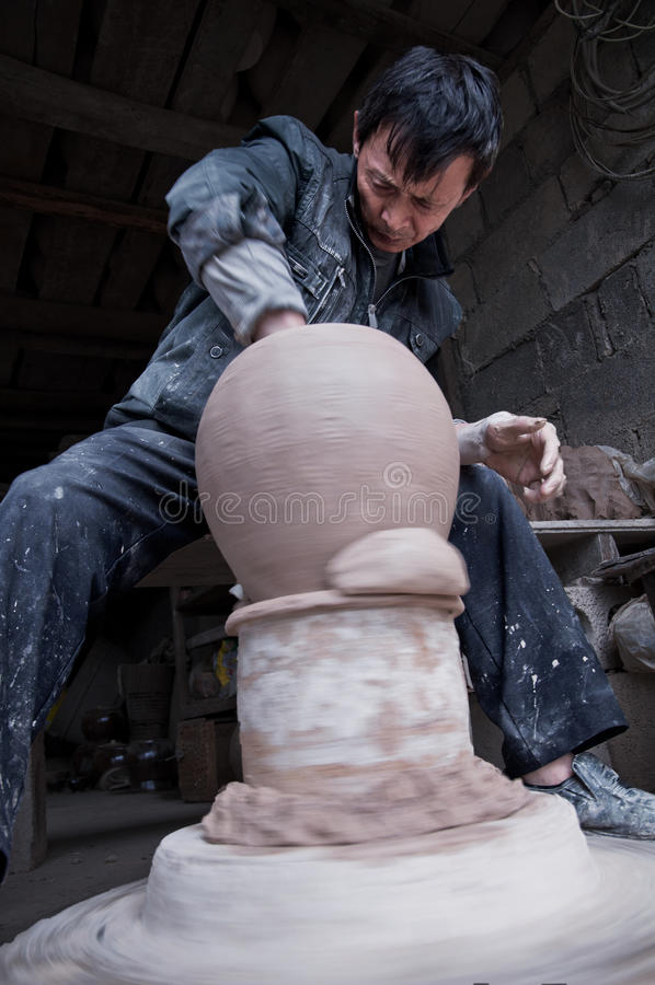En hängiven kinesisk keramiker arkivbild