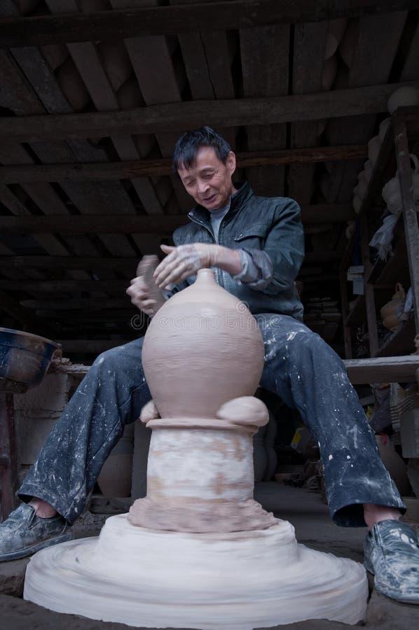 En hängiven kinesisk keramiker royaltyfri bild